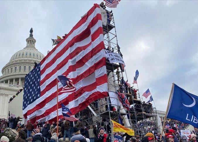 """Demokrasi abidesi ABD'nin """"Özgürlük Heykeli"""" karton çıktı."""