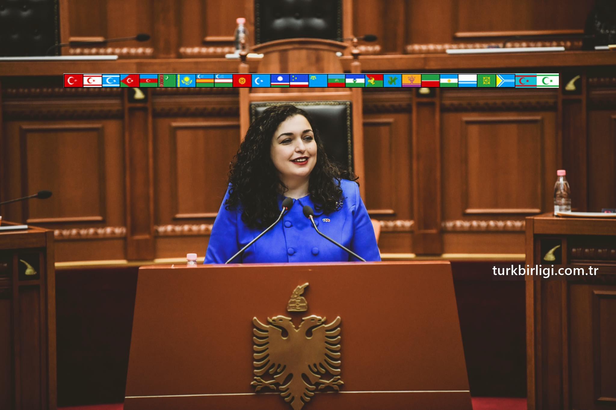 KOSOVA'NIN İLK TÜRKÇE KONUŞAN CUMHURBAŞKANI VJOSA OSMANI HANIMEFENDİYİ TEBRİK EDERİM